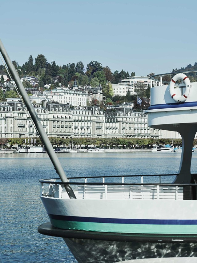 Schiff vor Grand Hotel National Luzern